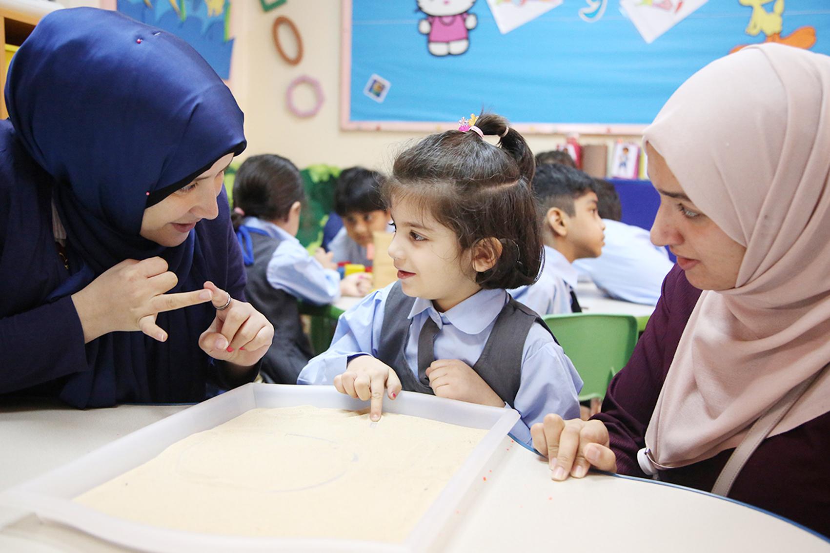 الخدمات الإنسانية تدمج 15 طالباً من ذوي الإعاقة في المدارس ورياض الأطفال
