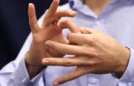لغة الإشارة حق للأشخاص الصم