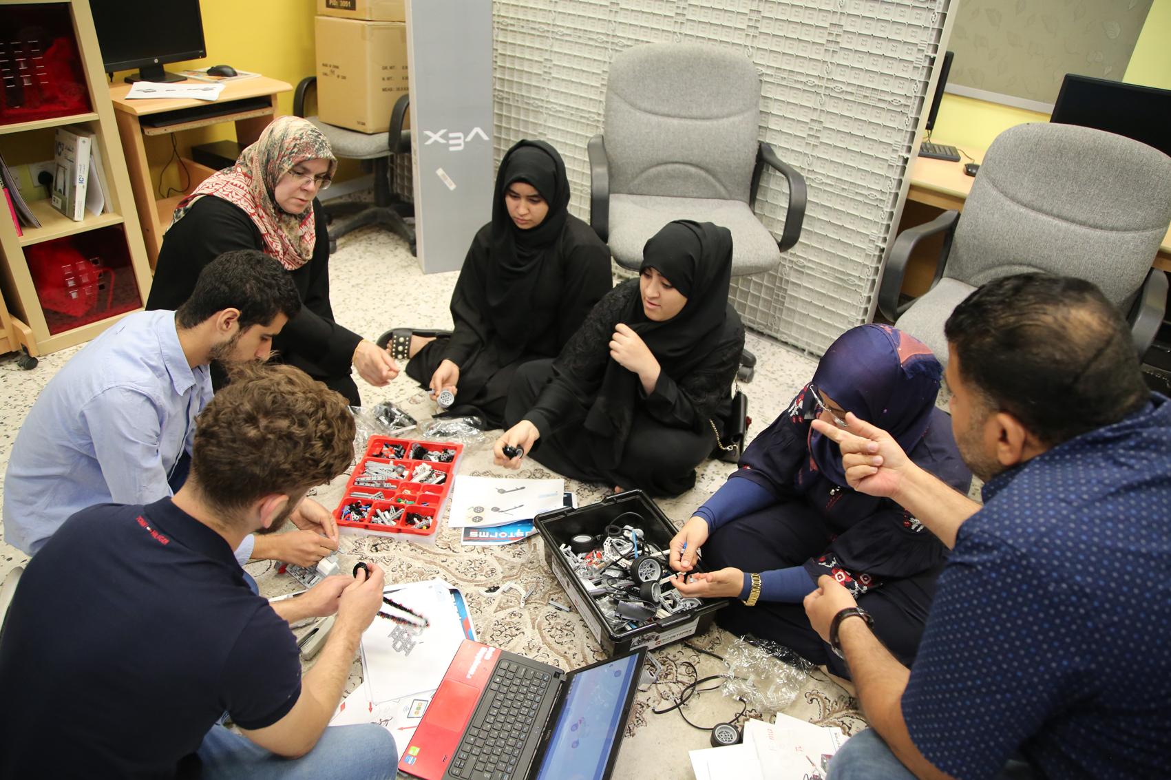 طلاب الخدمات الإنسانية يستعدون للمشاركة في بطولة الروبوت