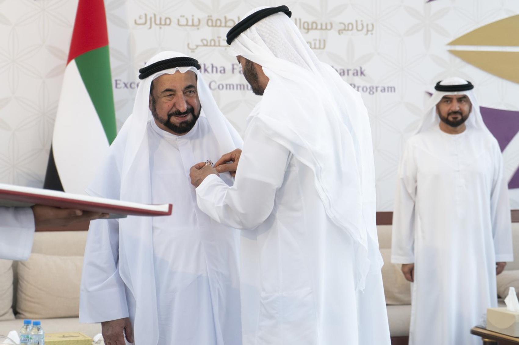 محمد بن زايد يقلد سلطان القاسمي «وسام أم الإمارات»
