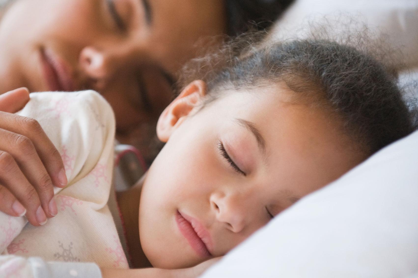 تحديد موعد ثابت لنوم الطفل يحسن سلوكه لاحقاً