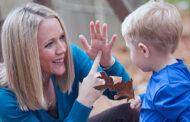 هل تساعد لغة الإشارة على تنمية مهارات القراءة والكتابة والشفهية لدى الصم؟